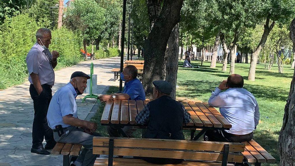 Sungurlu'da mevsim normallerinin üzerinde hissedilen sıcaklık vatandaşları bunalttı. Dışarı çıkanlar gölgelik alanlara sığınmaya çalışırken, Muhsin Yazıcıoğlu caddesi üzerinde bulunan termometre saat 15.00 itibarıyla 40 dereceyi gösterdi.   Sungurlu Haber