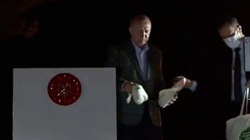 Başkan Şahiner, Cumhurbaşkanı ve AKP Genel Başkanı Recep Tayyip Erdoğan'ın yangın bölgesindeki vatandaşlara miting yaparmış gibi çay dağıtmasının tam bir akıl tutulması yarattığını belirtti. | Sungurlu Haber