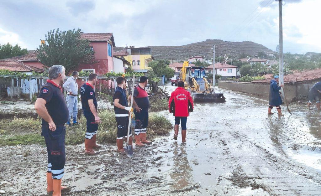 Kastamonu Bozkurt, Bartın ve Sinop'taki yaşanan sel felaketlerine dikkat çeken Sungurlu Belediye Başkanı Abdulkadir Şahiner, Sungurlu'da da yaşanmaması için derelerin biran önce ıslah edilmesi gerektiğini söyledi. | Sungurlu Haber