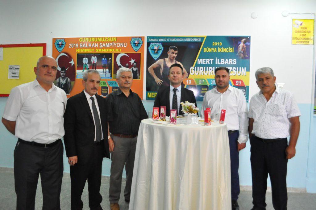 Dünya ve Avrupa Şampiyonasında ülkemizi temsil eden Sungurlulu başarılı Güreşçilerimiz Mert İlbars, Tansel Can Örtücü, Samet Yaldıran ve başarılı güreşçilerin tecrübeli antrenörü Çelebi Bayır düzenlenen törenle ödüllendirildi. | Sungurlu Haber