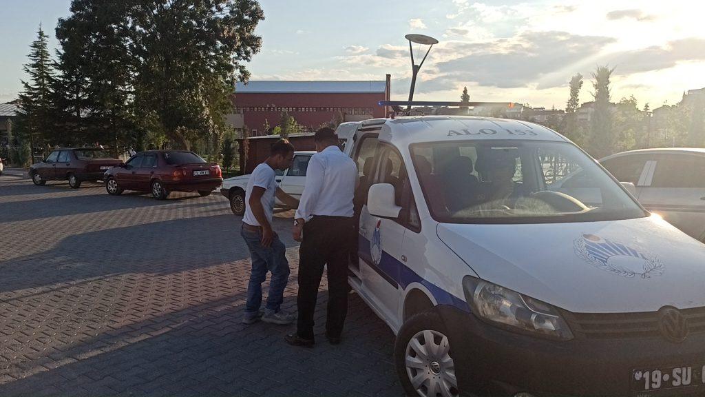 Sungurlu Belediye Başkanı Abdulkadir Şahiner, kalacak bir yeri olmadığı için bir süredir parkta yatıp kalkan ve çekilen video ile kendisinden yardım isteyen genç için duyarsız kalmadı. | Sungurlu Haber