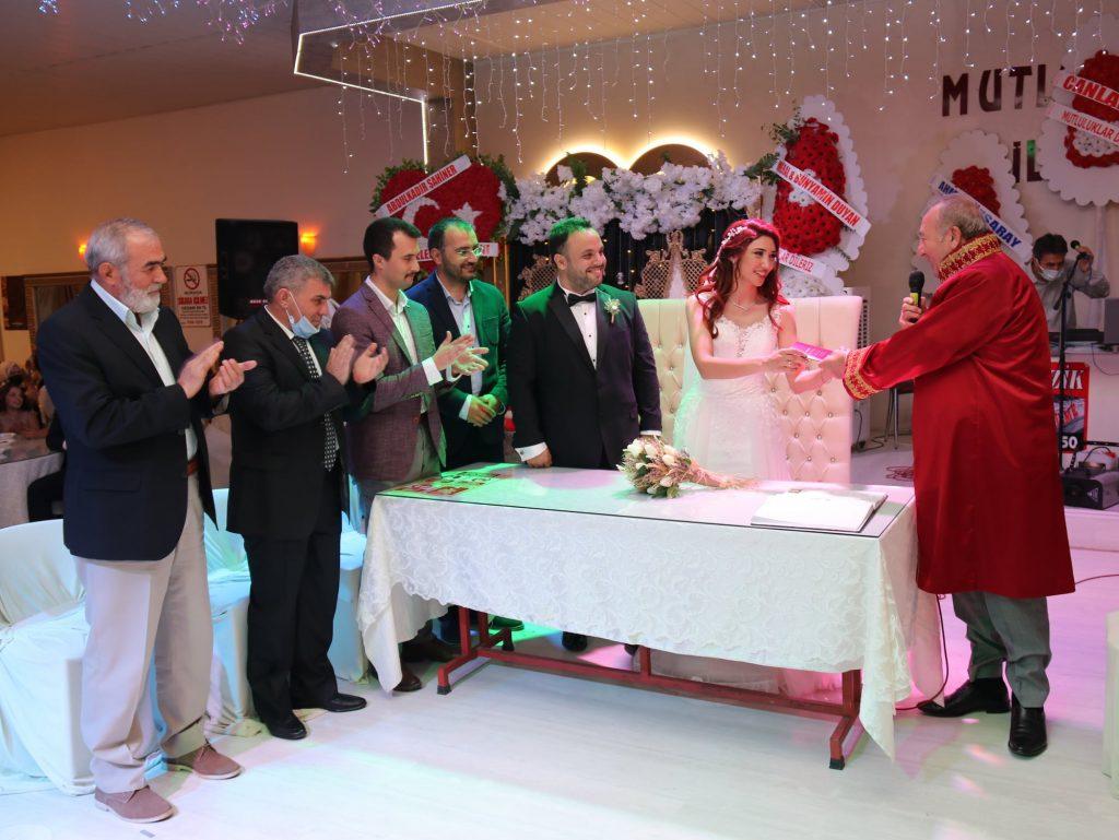 İlçemizin sevilen imam hatibi Engin Kodalak'ın kızı Gamze ile Emre Özil, görkemli bir düğün ile dünya evine girdi.   Sungurlu Haber