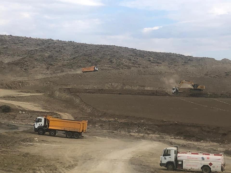 Sungurlu Kaymakamı Fatih Görmüş yapımı devam eden Diğ Baraj inşaatında incelemelerde bulundu. | Sungurlu Haber