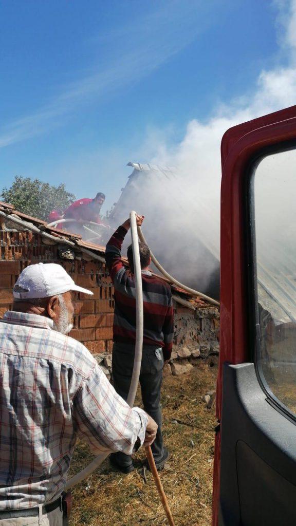 Sungurlu'da bir evin ahır ve samanlık kısmında çıkan yangında 3 büyük baş hayvan duman etkilenerek telef oldu. | Sungurlu Haber