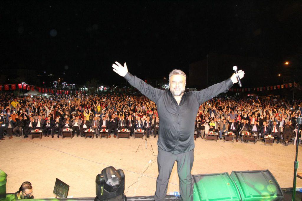 Sungurlu Belediye Başkanlığı tarafından 30 Ağustos Zafer Bayramı etkinlikleri kapsamında Çorum'a davet edilen ancak sağlık sorunları nedeni ile ertelenen Bülent Serttaş halk konseri bu akşam vatandaşların yoğun katılımı ile gerçekleştirildi.   Sungurlu Haber