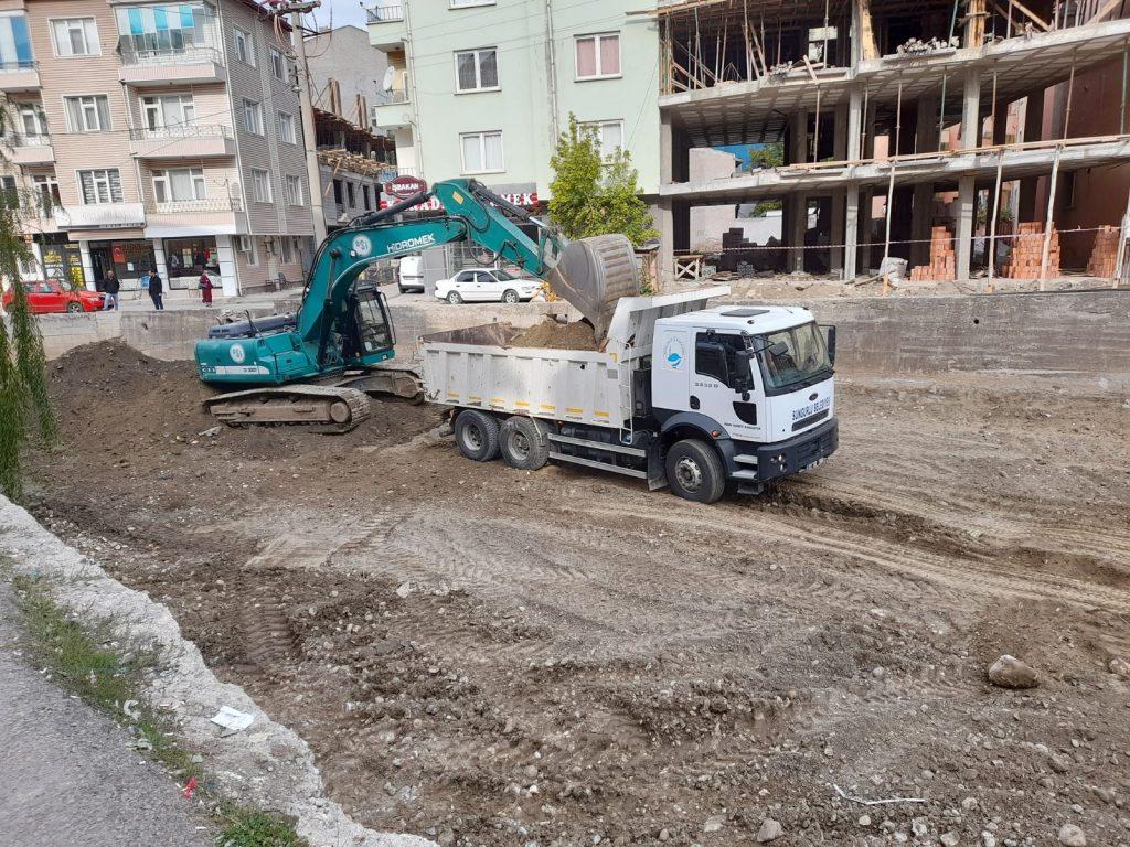 DSİ, olası bir taşkına karşı Sungurlu'da bulunan Budaközü ve Diğ derelerini temizleniyor.   Sungurlu Haber