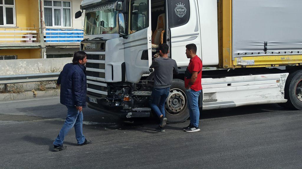Sungurlu'da Tır ile otomobilin kavşakta çarpıştı. Kazada ölen yada yaralanan olmazken, araçlarda maddi hasar oluştu. | Sungurlu Haber