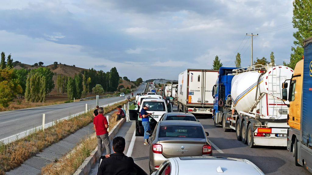 Yangın esnasında Sungurlu-Çorum karayolu uzun süre araç trafiğine kapandı.