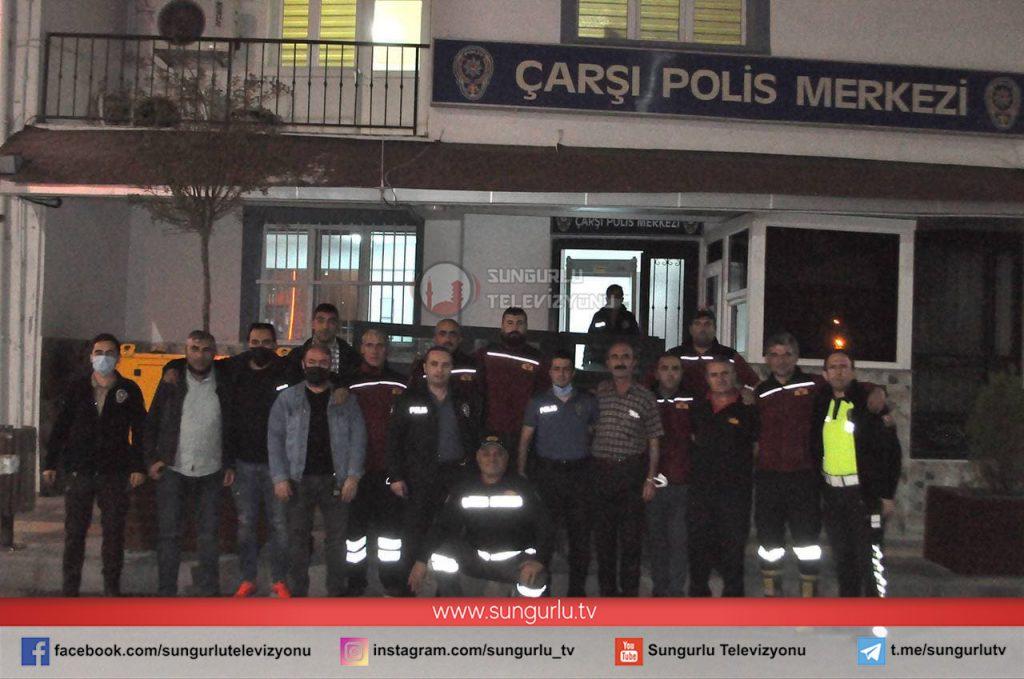 Karakol binası karşısında yangın ihbarı veren polis ekipleri, olay yerine gelen itfaiyecileri pastayla karşılayarak sürpriz yaptı. | Sungurlu Haber