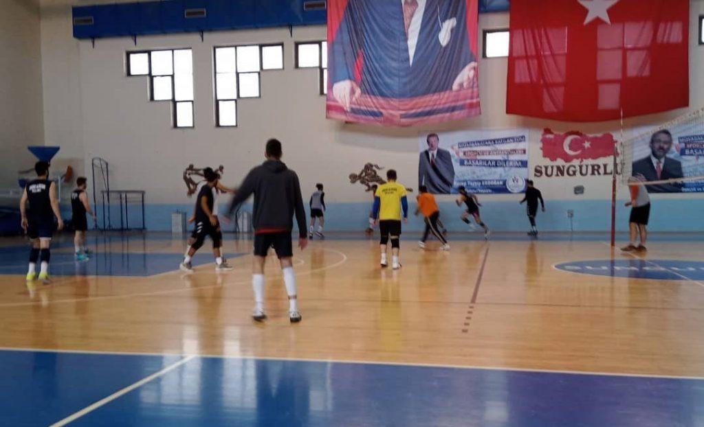 17 Ekim'de başlayacak olan Türkiye Erkekler 2. Voleybol Ligi 3. Grup ilk karşılaşmasın da Çorum Belediyespor ile Sungurlu Belediyespor Çorum'da karşı karşıya gelecek. Sungurlu Belediye Spor Kulübü Baş antrenörü Mustafa Özdemir derbiye hazır olduklarını ifade etti.   Sungurlu Haber