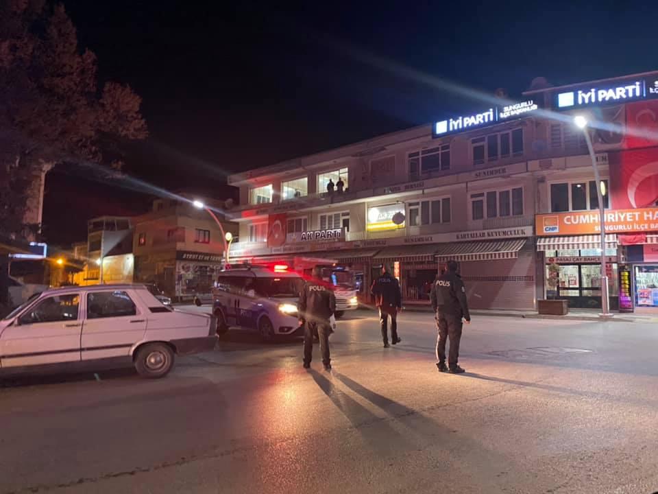 Sungurlu İlçe Emniyet Müdürlüğü ekiplerinden ilçe merkezinde asayiş ve trafik uygulaması yapıldı.   Sungurlu Haber