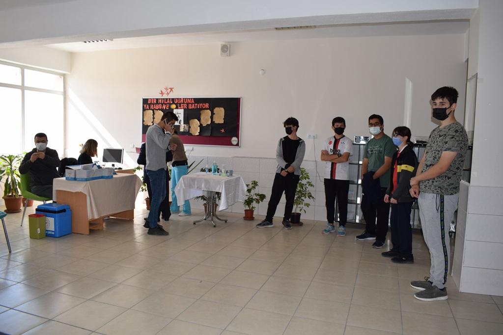 Sungurlu Fen Lisesinde İlçe Sağlık Müdürlüğü Ekipleri tarafından korona virüse karşı aşılama çalışması yapıldı.   Sungurlu Haber