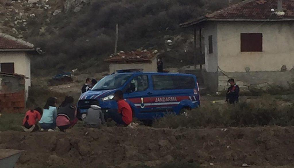 Sungurlu'ya bağlı Kula köyünde su meselesi yüzünden çıktığı iddia edilen kavgada amca çocukları oldukları öğrenilen 2 kişi yaralandı.   Sungurlu Haber