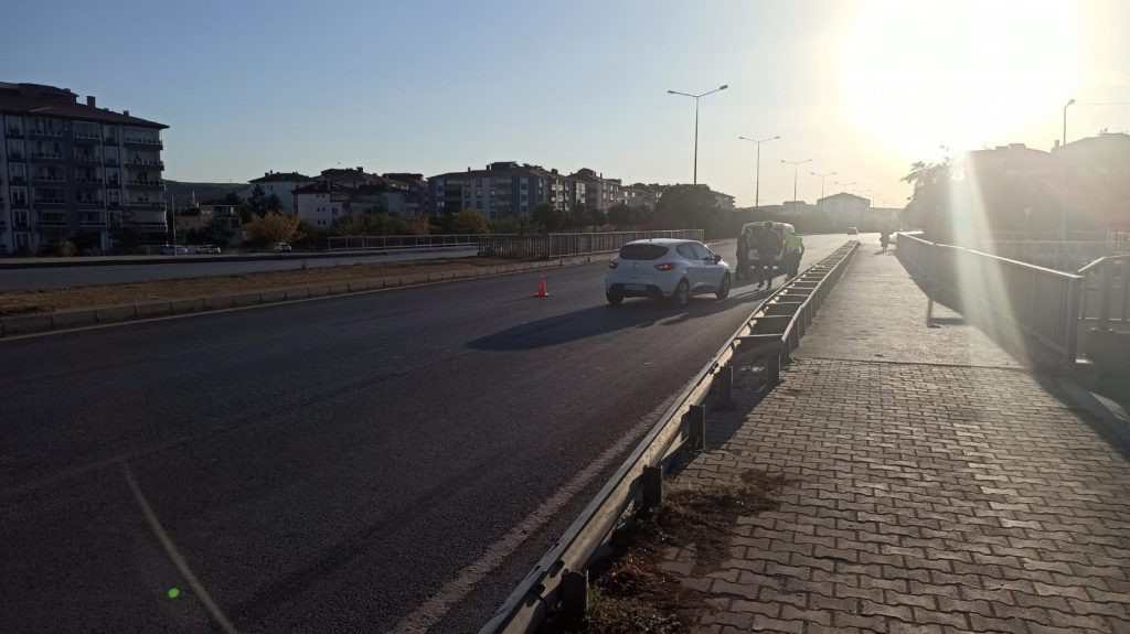 Sungurlu'da anayoldan yolun karşısına geçmeye çalışan çocuğa otomobil çarptı. | Sungurlu Haber