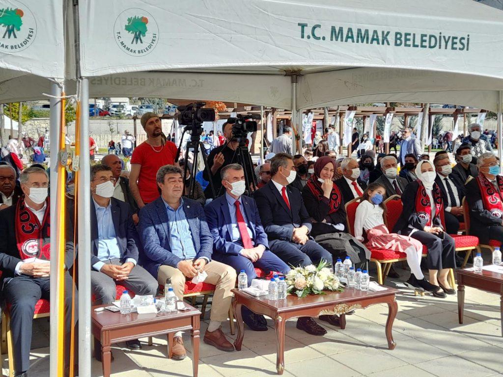 Çorumlu Dernekler Federasyonu ve Mamak Belediyesi tarafından düzenlenen HEMFES Hemşehri Festivali Büyük Aile Buluşması'nı AK Partli Mamak Belediye Başkanı Murat Köse'nin AK Parti'nin mitingine çevirmesi Ankara'da yaşayan Çorumlu vatandaşların tepkisini çekti. | Sungurlu Haber
